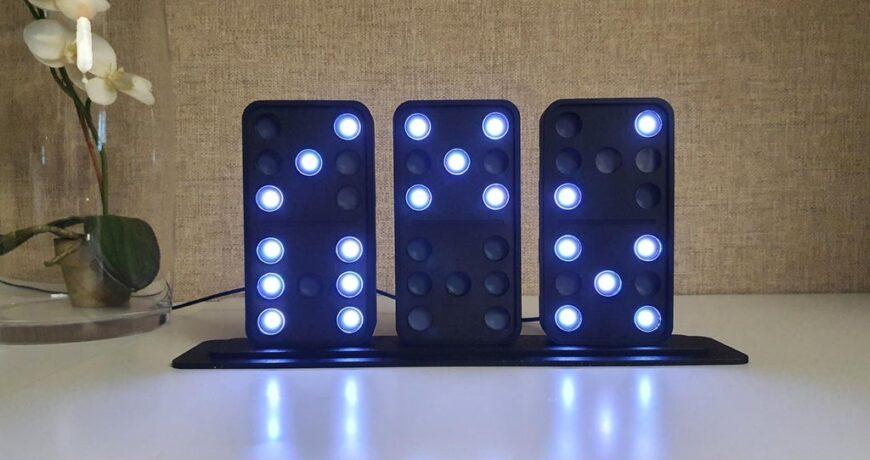 este reloj domino de bricolaje dice la hora con tres mosaicos iluminados por led 5fb1d069f3f8a - Electrogeek